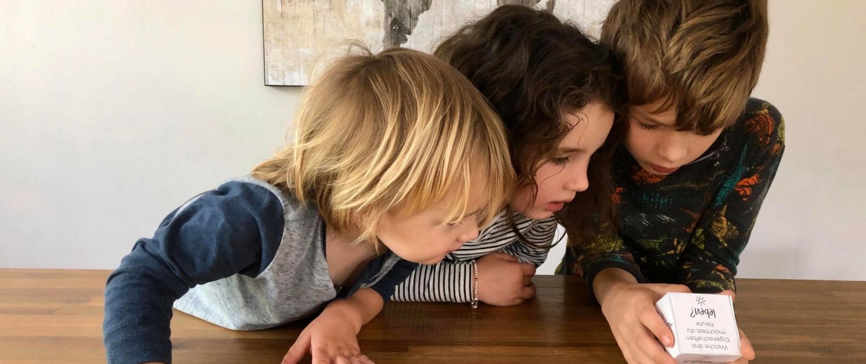 Kinder spielen den Uplift Morgenritual Würfel