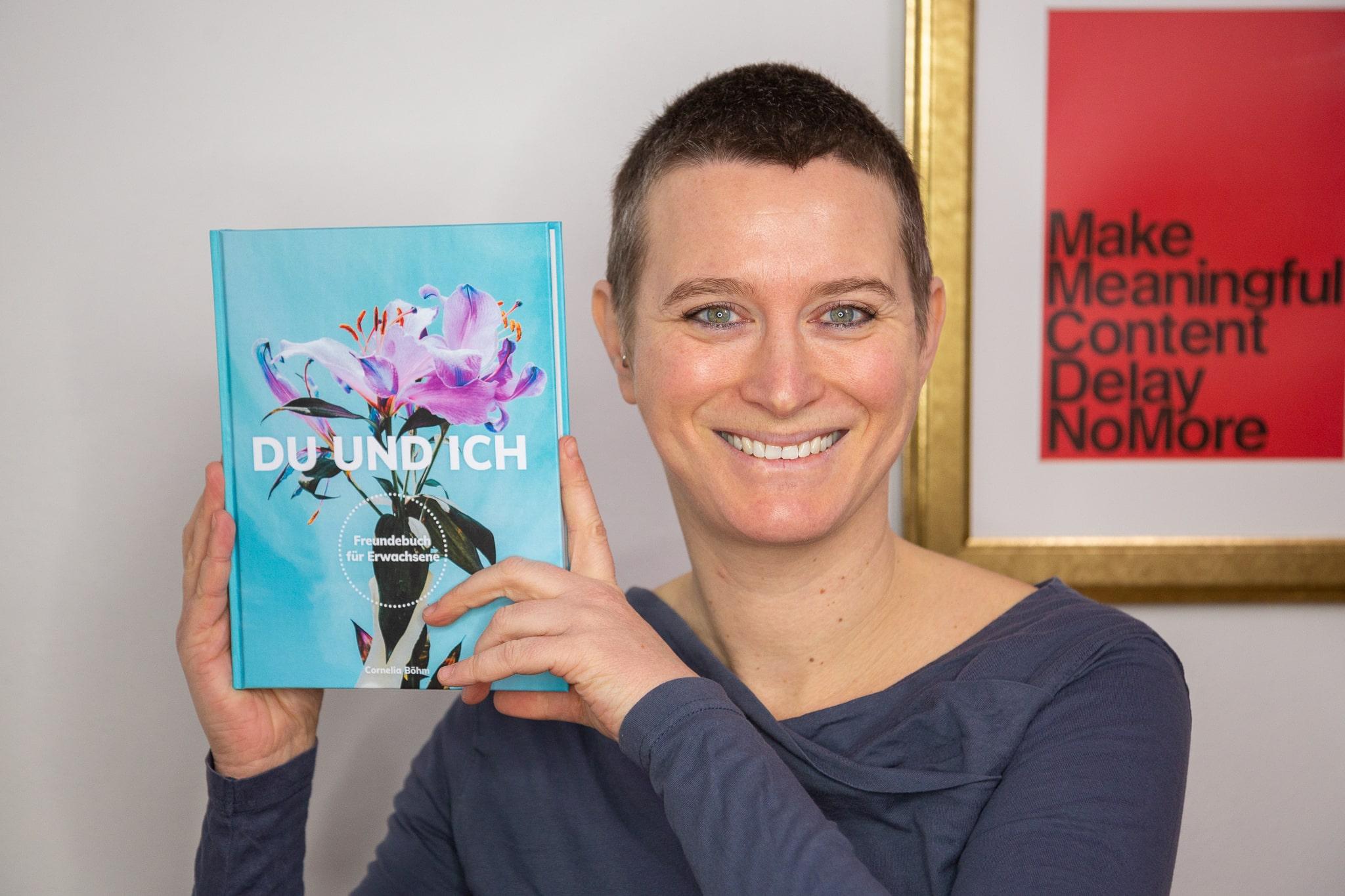 Cornelia Böhm mit ihrem Buch Du und Ich Freundebuch für Erwachsene